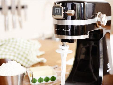 Kitchen Assistent™ must köögikombain lihahakkija ja riividega EKM4200