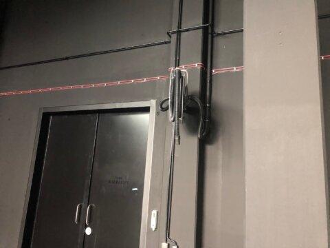 Isetagasikeriv voolikurull-hoidik kesktolmuimeja tõmbevooliku jaoks